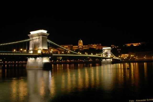 Budapest bei Nacht:Kettenbruecke in Budapest