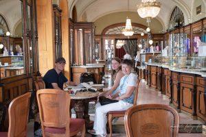 Wir in der Konditorei Gerbeaud in Budapest