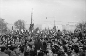 Demonstranten auf dem Bem Platz in Buda. Foto: Fortepan/ Faragó György