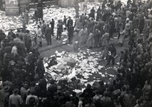 Ecke der Semmelweis und Kossuth Lajos Strasse, Bücher werden vor dem Haus der Sowjetischen Kultur und Wissenschaft verbrannt Foto: Fortepan/ Marics Zoltán,
