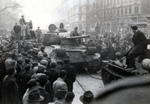Panzern auf dem Großen Ring in Budapest, zwischen der József und Baross Straße Foto: Fortepan/ Marics Zoltán