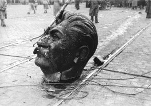 Die Statue von Stalin wurde entköpft. Kreuzung des Rákóczi Wegs und des Großen Rings in Budapest Foto: Fortepan/ Hofbauer Róbert