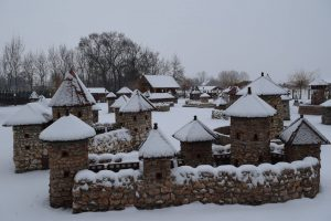 schneebedeckter Burgpark in Dinnyes