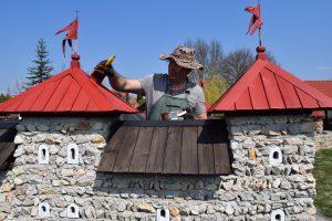 Herr Alekszi arbeitet an einer Burg im Burgpark