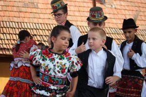 Matyó-Kinder tanzen